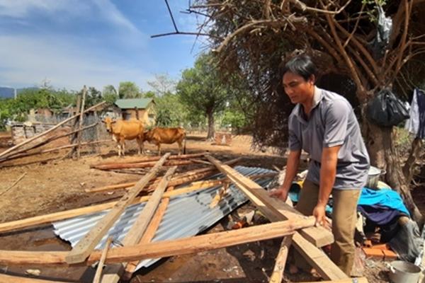 Lốc xoáy làm sập 110 căn nhà ở vùng miền núi huyện Bác Ái
