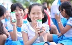 Vinamilk mang niềm vui uống sữa tại trường cho 34 000 trẻ em Quảng Nam