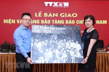 Bàn giao hiện vật truyền thống trưng bày tại Bảo tàng báo chí Việt Nam