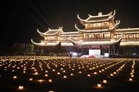 Gần 2 ngàn người thắp nến tri ân các anh hùng liệt sỹ tại chùa Tam Chúc