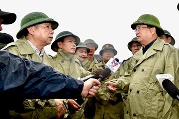 Phó Thủ tướng Chính phủ Trịnh Đình Dũng kiểm tra, chỉ đạo ứng phó bão số 5