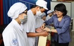 Phó Chủ tịch nước thăm hỏi, động viên công nhân nhà máy sữa trước thềm Tết Tân Sửu