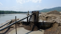 Kiểm tra, xử lý việc khai thác và vận chuyển cát dưới chân cầu Hà Nha