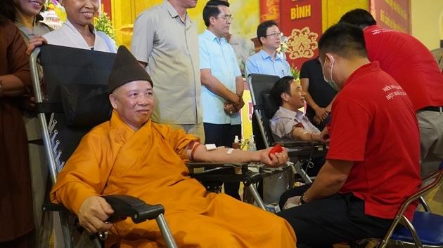Hơn 1 ngàn tăng, ni phật tử tham gia hiến máu tại Yên Tử
