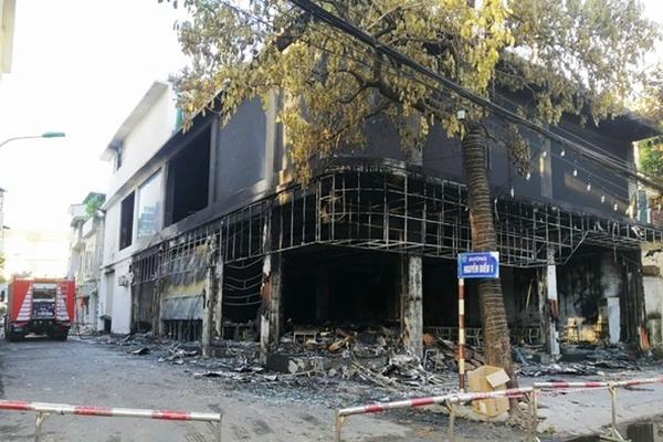 Cháy phòng trà, 6 người tử vong